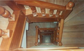 Escalera en edificio público de Plaza de la Villa de Madrid. En madera de cedro
