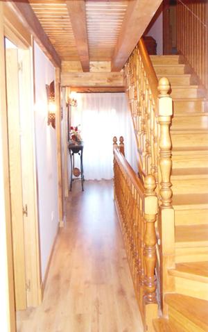 Escalera, friso y techos de madera
